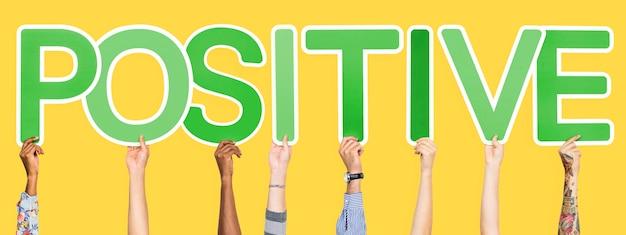 Zielone litery tworzące słowo pozytywne