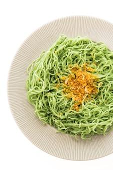 Zielone lub jade makaron w białym talerzu