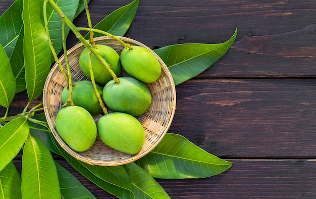 Zielone mango na koszyku
