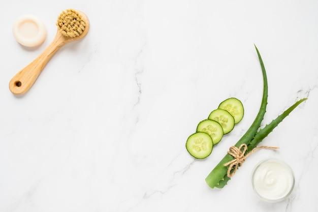 Zielone naturalne składniki do wykonania maski kosmetycznej i pędzla z mydłem