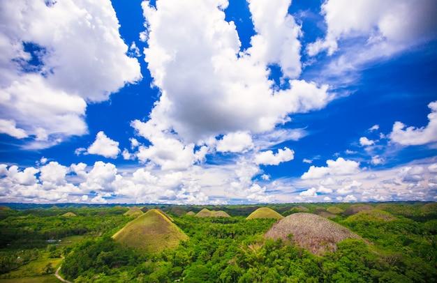 Zielone niezwykłe wzgórza czekoladowe w bohol na filipinach