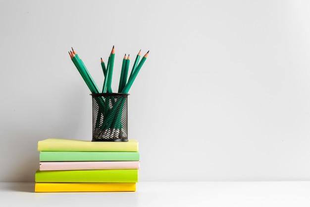 Zielone ołówki w uchwycie, przybory szkolne