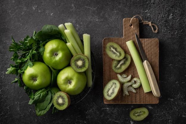 Zielone owoce i warzywa do przygotowania smoothie detoksykacyjnego.