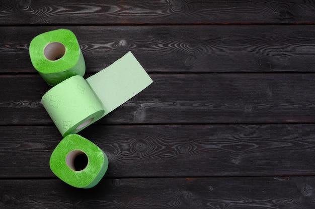Zielone papier toaletowy rolki na czarnym drewnianym stole