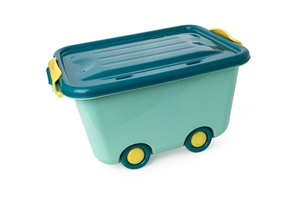 Zielone plastikowe pudełko na kółkach na na białym tle