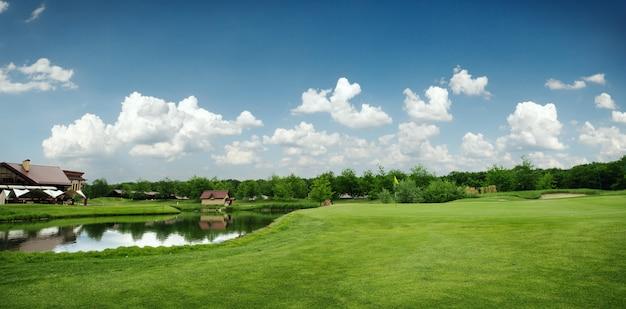 Zielone pole i jezioro do gry w golfa, pole golfowe