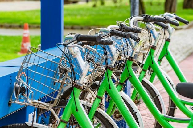 Zielone rowery z rzędu zrównoważona mobilność w miastach
