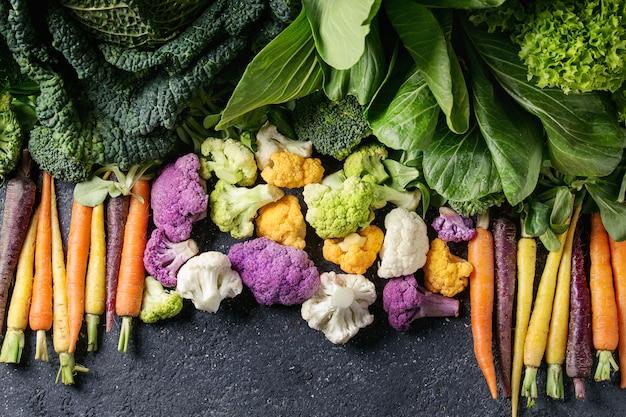 Zielone sałatki, kapusta, kolorowe warzywa