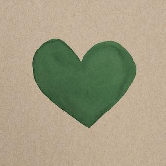 Zielone serce w ekologicznej brązowej tekturze