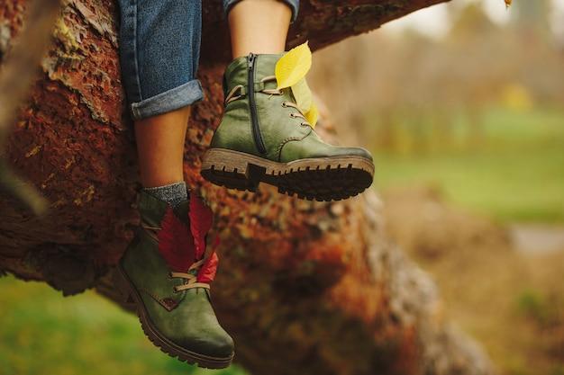 Zielone skórzane buty na nogach kobiet