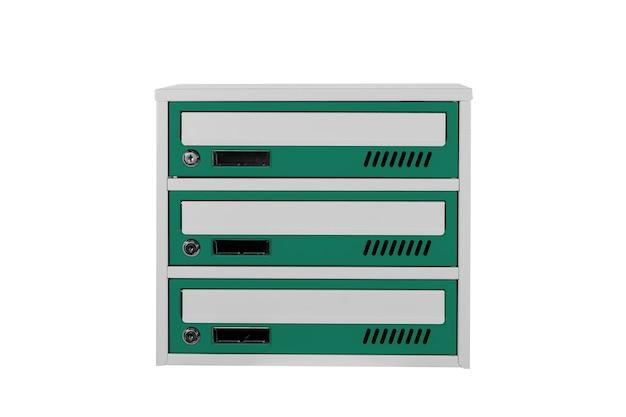 Zielone skrzynki pocztowe na białym tle na białym tle. skrzynka pocztowa do wejścia do kamienicy. metalowa skrzynka pocztowa