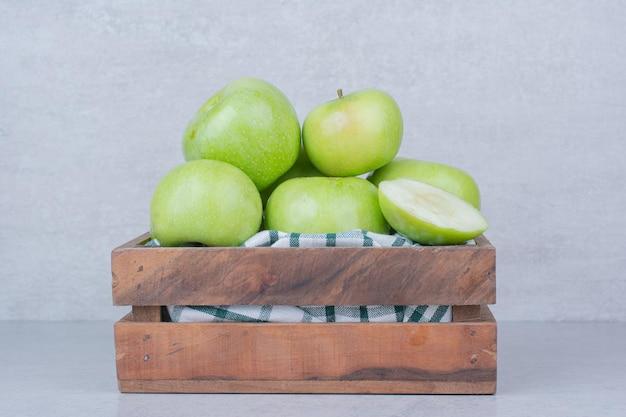 Zielone smaczne jabłka w drewnianym koszu. wysokiej jakości zdjęcie