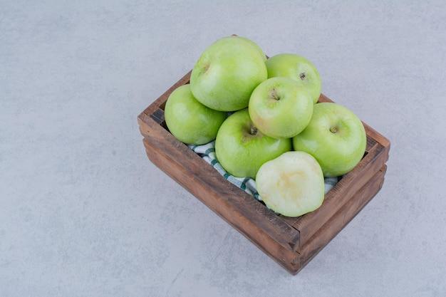 Zielone smaczne jabłka w drewnianym koszu. zdjęcie wysokiej jakości