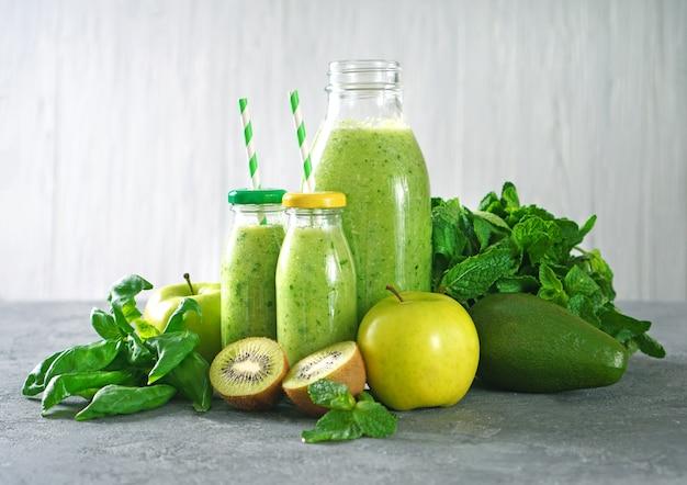 Zielone smoothie z ekologicznymi zielonymi owocami, szpinakiem i miętą.