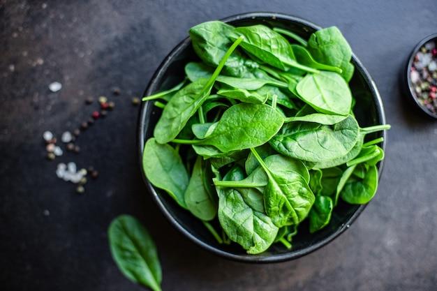 Zielone soczyste liście szpinaku organiczna sałatka w porcji
