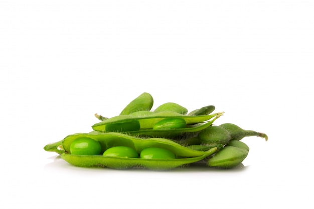 Zielone soje na białym tle