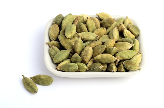 Zielone strąki kardamonu w talerzu