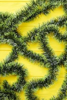 Zielone świąteczne lamety na drewnianym tle.