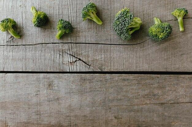 Zielone świeże brokuły na podłoże drewniane. koncepcja zdrowego odżywiania.