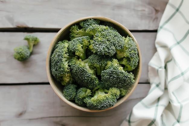 Zielone świeże brokuły w misce