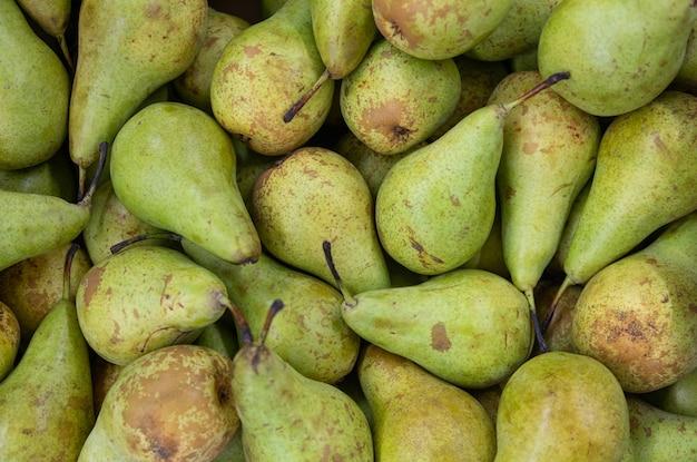 Zielone świeże pyszne dojrzałe gruszki z bliska, gruszka owoców z bliska, zdrowa przekąska, dieta