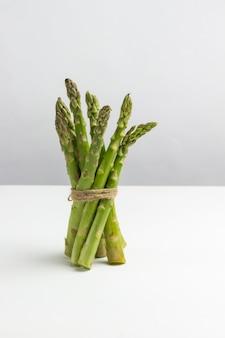 Zielone szparagi są źródłem błonnika pokarmowego. białe tło