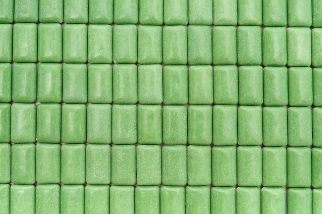 Zielone tabletki gumy do żucia z miętą wyrównane widok z góry zbliżenie