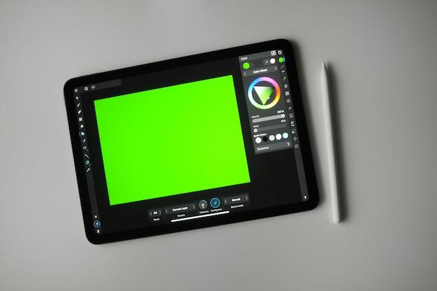 Zielone tło dla cyfrowego rysunku na tablecie. zdalna praca na zlecenie. edukacja kreatywna w domu