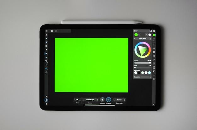 Zielone tło dla sztuki cyfrowej na tablecie. zdalna praca na zlecenie. edukacja kreatywna w domu