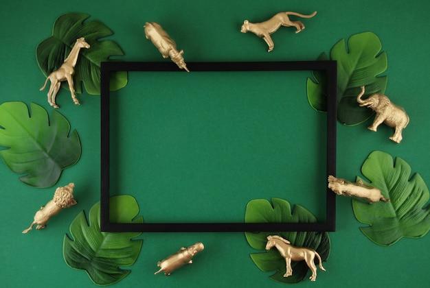 Zielone tło z tropikalnymi liśćmi i egzotycznymi zwierzętami