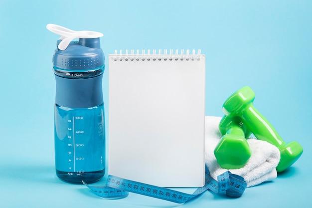 Zielone wagi i przestrzeń kopia koncepcja wody notatnik