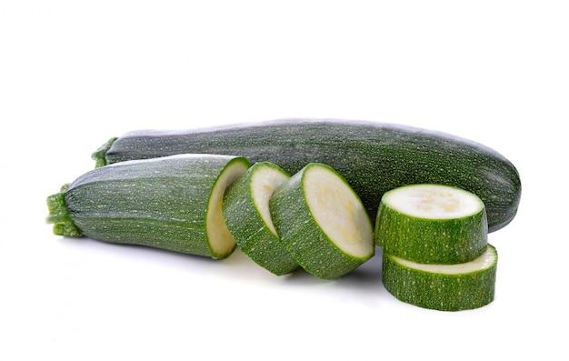 Zielone warzywa cukinia na białym tle