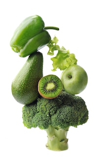 Zielone warzywa i owoce białym tle równowaga pływająca równowaga żywności zdrowy składnik żywności.