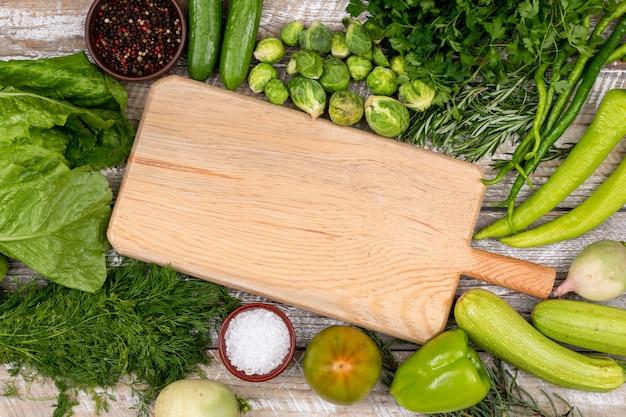 Zielone warzywa koncepcja na drewnianą deską do krojenia
