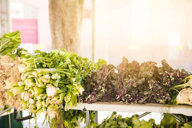 Zielone warzywa ułożone na rynku na sprzedaż