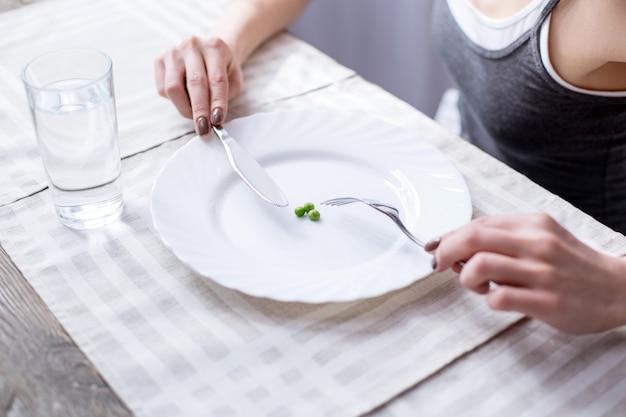 Zielone warzywa. zamknij się z trzech zielonych groszków leżących na talerzu