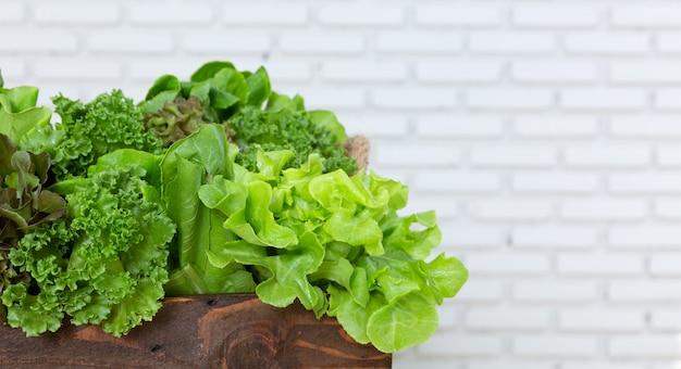 Zielone warzywo w drewnianym pudełku
