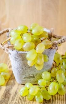 Zielone winogrona w koszu na stole
