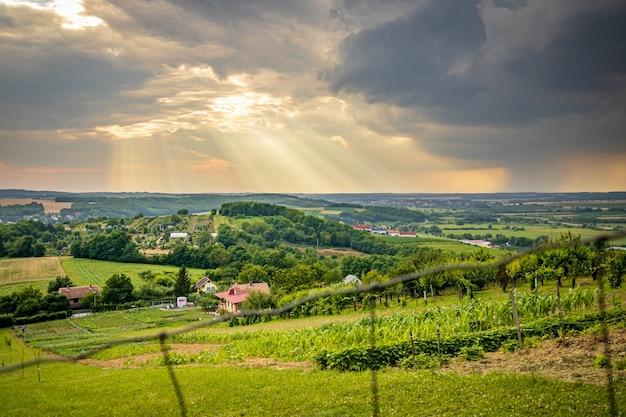 Zielone wzgórza w deszczowy zachód słońca na węgrzech