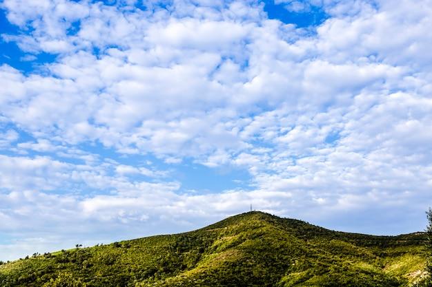 Zielone wzgórze wysokie i zachmurzone niebo
