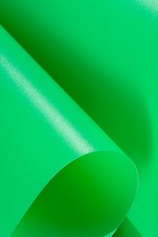 Zielone zakrzywione kartki papieru