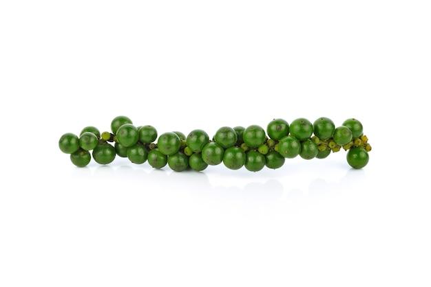 Zielone ziarna pieprzu na białym tle
