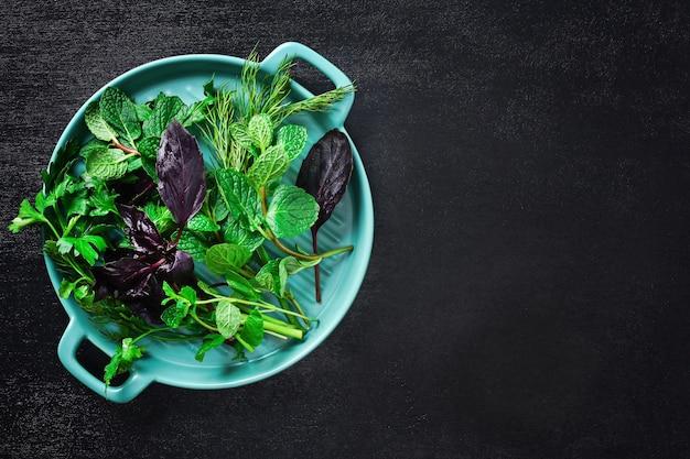 Zielone zioła kulinarne na czarno