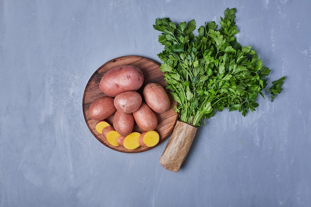 Zielone zioła z ziemniakami na niebiesko