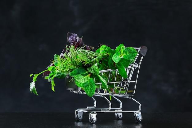 Zielone zioło kulinarne koper, mięta, bazylia w koszyku spożywczym
