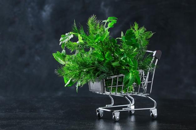 Zielone zioło kulinarne pietruszka, koperek, mięta, bazylia w koszyku spożywczym