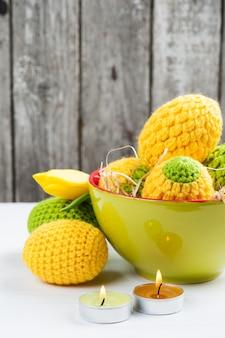Zielone żółte szydełkowane pisanki