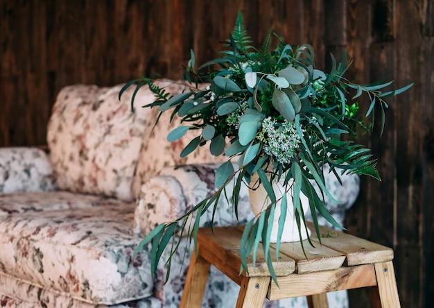 Zielonego bukieta kanapa pokoju drewniany tło