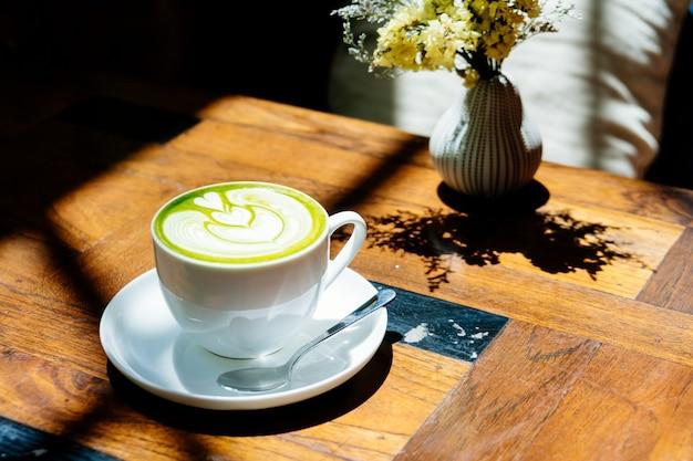 Zielonej herbaty matcha latte w białej filiżance