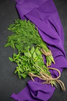 Zieloni pęczek zieleniny na obrusie